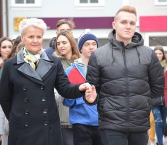 Polkowice: Maturzyści zatańczyli poloneza w rynku (ZDJĘCIA/FILMY)