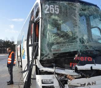 Autobus wjechał w ciężarówkę. Są ranni FOTO
