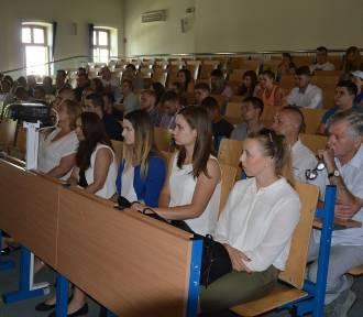 Akademicy ruszają na poligony. Studenci PWSZ odebrali karty powołania do jednostek wojskowych