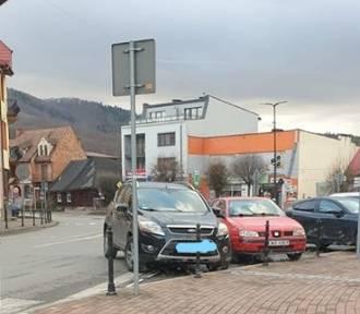 Kalwaria Zebrzydowska. Zaparkowała na skrzyżowaniu