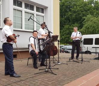 Muzyka klezmerska umiliła kaliszanom popołudnie pod basztą Dorotką. ZDJĘCIA