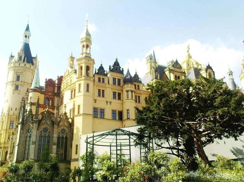 Schweriński Zamek - siedziba władz Landu Mecklenburg - Vorpommern oraz Muzeum, położony jest na romantycznej wyspie w samym centrum miasta