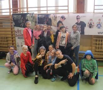 Raperzy  Bęsia  i DJ Yonas z zespołu RYMcerze w Szkole Podstawowej nr 1 w Poddębicach na spotkaniu