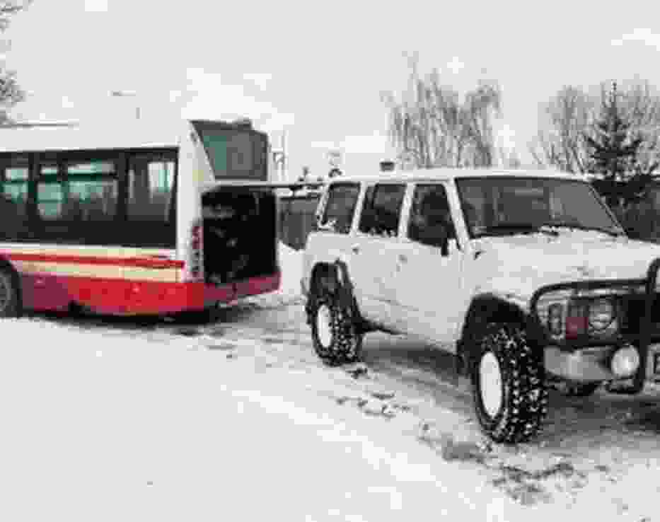 W Wieruszewie autobus wyciągano z zaspy autem terenowym