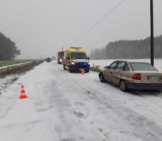 Sypnęło śniegiem i wypadkami. Na drogach jest ślisko i niebezpiecznie [FOTO]