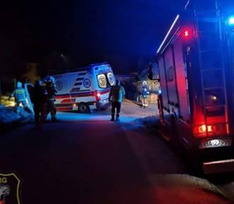 Karetka wpadła do rowu. Pomagali strażacy z OSP (ZDJĘCIA)