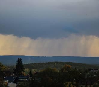 Czarne chmury i ulewa nad Zieloną Górą. W niektórych częściach miasta spadł grad