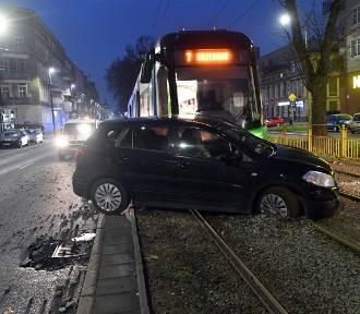 Poranny wypadek w Szczecinie. Zablokowane torowisko. ZDJĘCIA