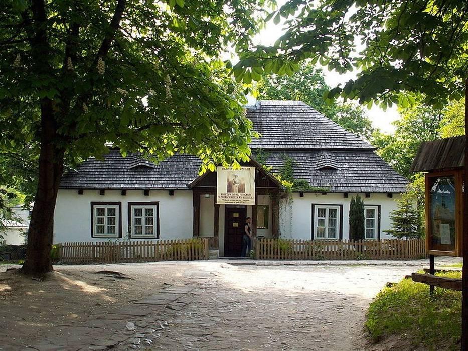 Wystawę możemy oglądać na dziedzińcu Dworku Laszczyków w Kielcach