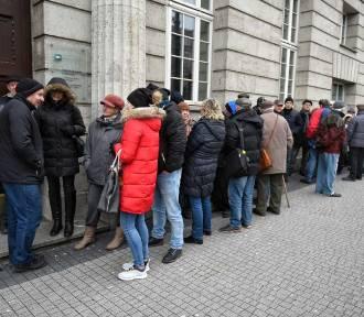 Długa kolejka w centrum Poznania. Za czym?