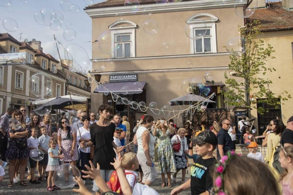Słoneczna niedziela w Sandomierzu. Tłumy turystów wypoczywały na Rynku (ZDJĘCIA)