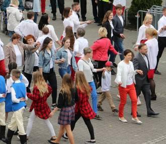 Mieszkańcy Złotowa tańczą poloneza na Placu Paderewskiego [FOTO, WIDEO]