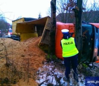 Kierowca nie zapanował nad ciężarówką i ładunek wpadł do rowu