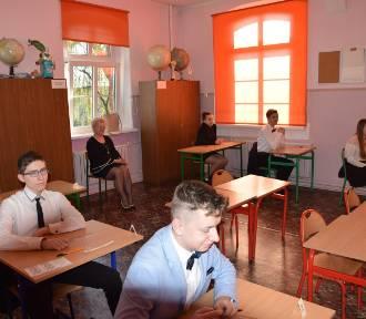 SZKOŁA, KTÓRA NIE STRAJKUJE: W Smolicach trwają egzaminy ósmoklasistów