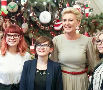 Agata Duda ubrała choinkę w Pałacu Prezydenckim z młodzieżą z Nałęczowa (Galeria zdjęć)