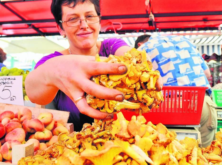 Halina Kieca sprzedaje grzyby na Starym Kleparzu w Krakowie