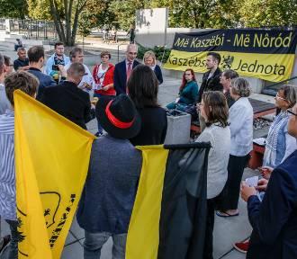 Protest ws. likwidacji etnofilologii kaszubskiej przed UG [zdjęcia]