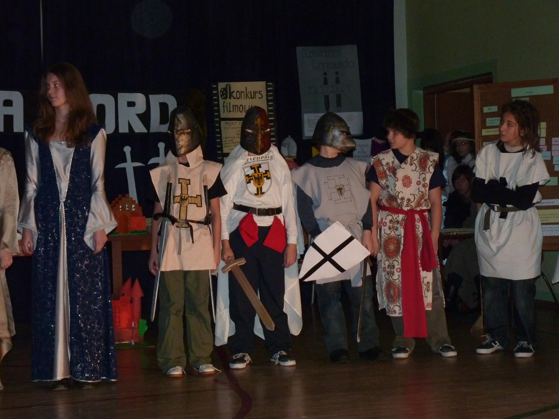 Konkurs dla uczniów ZSG nr 5 na najlepszy strój średniowieczny Krzyżacy opanowali szkołę