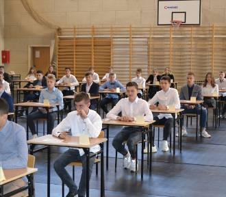 Wronki. Trwa egzamin gimnazjalny w Szkole na Leśnej. O 12.00 opublikujemy rozwiązania! [ZDJĘCIA]