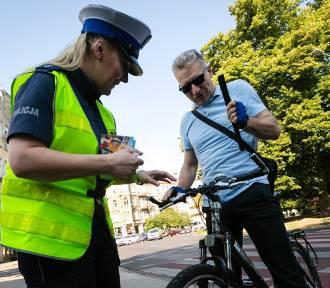 Policjanci rozdawali odblaski i sprawdzali rowery na pl. Grunwaldzkim [ZDJĘCIA]