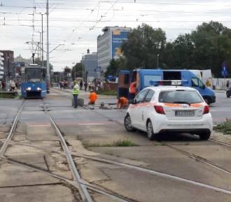 Wrocław. Drogowy koszmar na pl. Dominikańskim. Nie jeżdżą tramwaje. Torowisko w fatalnym stanie!