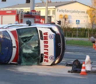 Dramatyczny wypadek we Wrocławiu. Karetka staranowała auto na skrzyżowaniu (ZDJĘCIA)