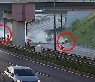 Dachowanie samochodu na DTŚ w Rudzie Śląskiej. Z auta wypadł silnik