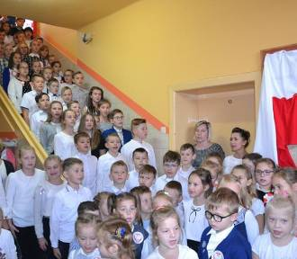 KOBYLIN: Uczniowie i przedszkolaki zaśpiewały pełną wersję hymnu
