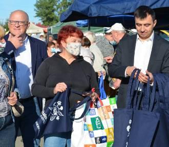 Na miejskim targowisku w Głogowie prezydent rozdawał ekologiczne torby na zakupy