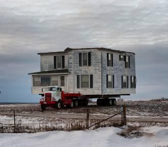 Dom przepłynął zatokę. Para z Kanady dokonała niezwykłej przeprowadzki