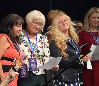 Nauczyciele II LO w Głogowie zaśpiewali dla absolwentów z okazji 30-lecia szkoły [FILM]