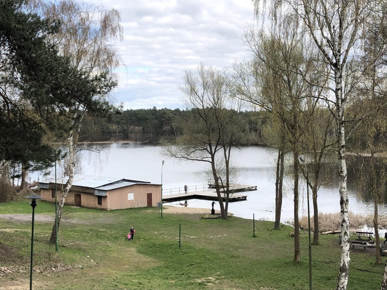 Nad jeziorem jest kąpielisko, pomost i ścieżka edukacyjna