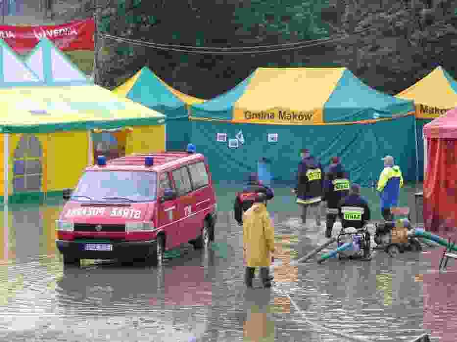 Woda w czasie ulewy zalała amfiteatr w Makowie