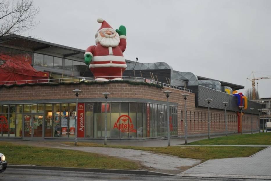 Wielki Mikołaj stanął na tarasie hali Tęcza przy ul