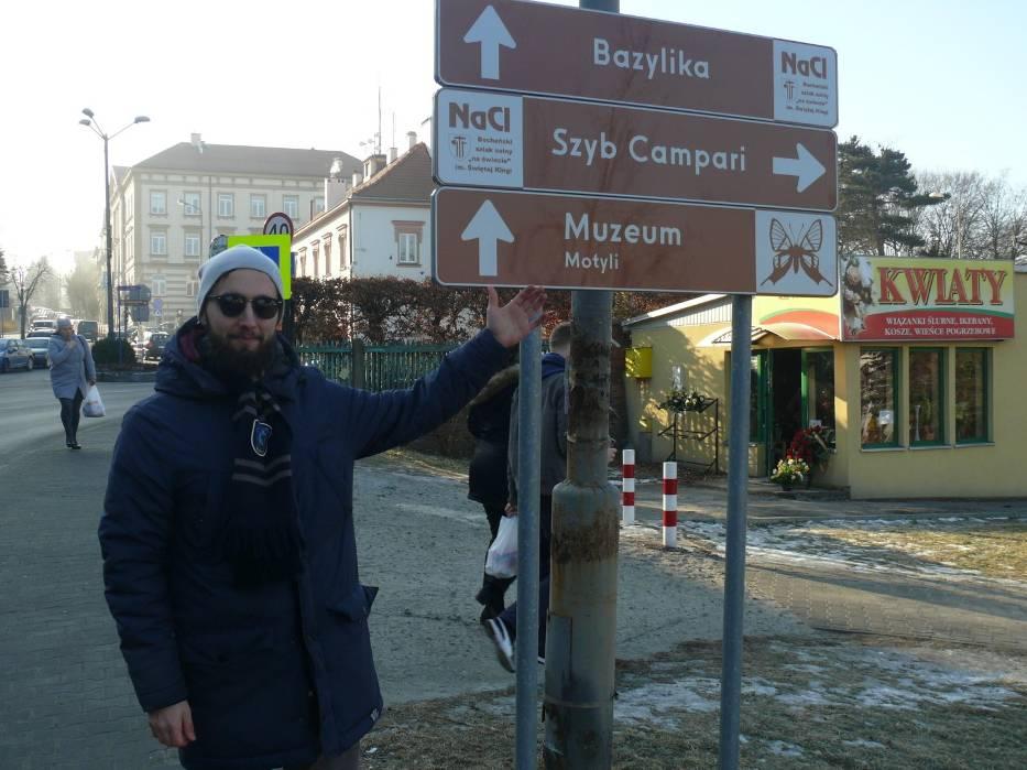 Rafał Sułowski z Krakowa błądził po Bochni, zastanawiając się dokąd prowadzi ten drogowskaz
