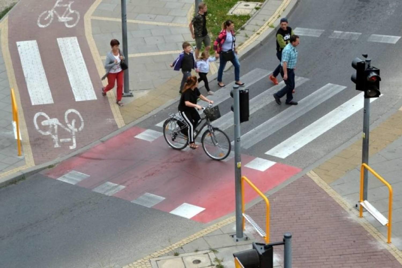 Spotyka się z rowerzystą
