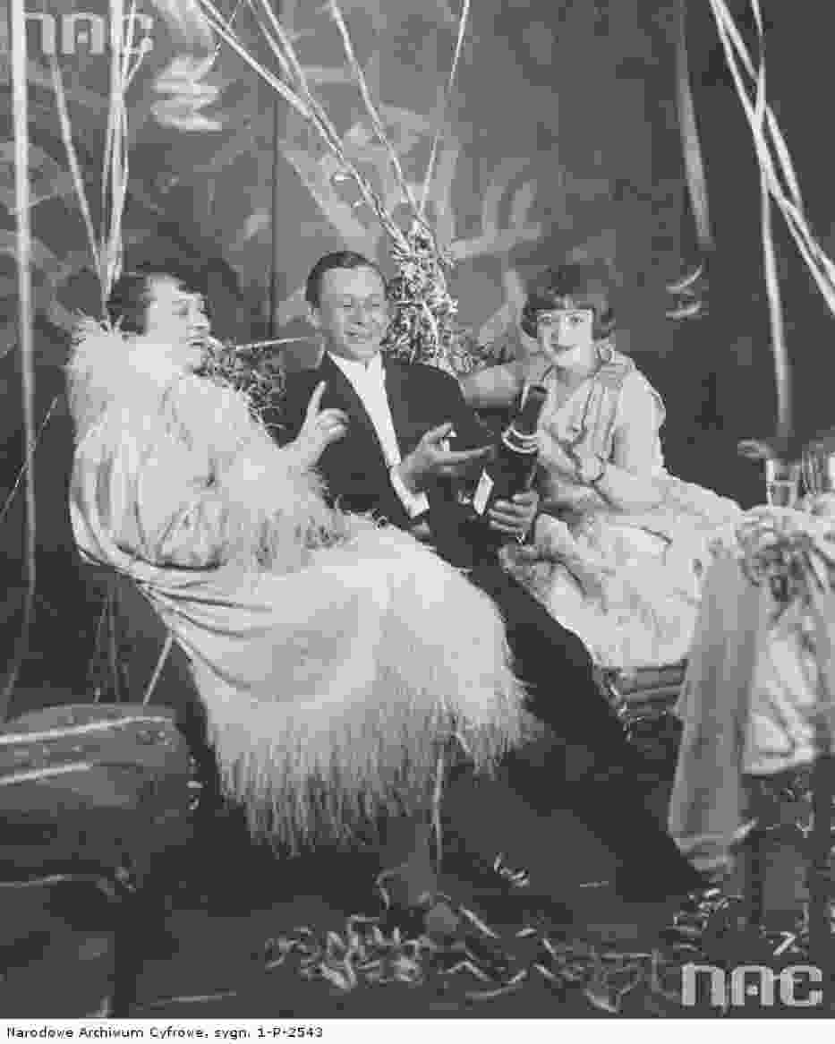 Aktorka Kazimiera Niewiarowska (z prawej), aktor Kazimierz Dembowski oraz tancerka Lucyna Messal na zabawie sylwestrowej w 1926 roku