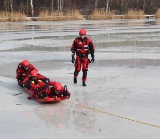 Załamał się lód. Co robić? Jak się ratować? Jak pomóc poszkodowanemu?