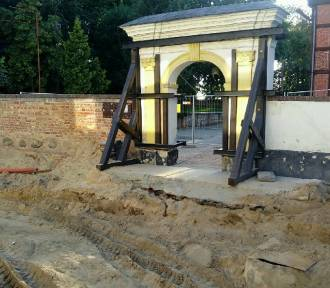 Malbork. Brama cmentarna przy kościele na ul. Słowackiego zostanie rozebrana i postawiona na
