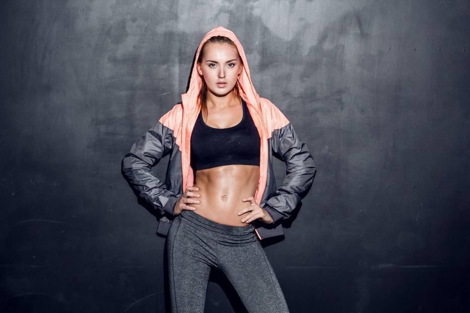 Ćwiczenia na brzuch – TOP 10 propozycji do wykonania w domu, plenerze lub klubie fitness