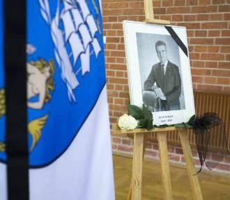Żegnamy burmistrza Ustki. W ratuszu wystawiono księgę kondolencyjną [ZDJĘCIA]