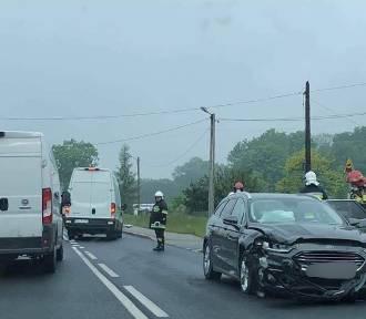 Czołowe zderzenie samochodów na DK 52. Jedna osoba została ranna