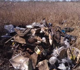 Zrzucili odpady na łąkę w Wiecanowie. Wpadli na gorącym uczynku