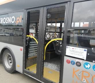 Groźna sytuacja w Krośnie. W ciężarówce wybuchły opony. Zniszczony autobus miejskiej komunikacji