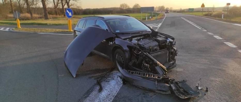 Wypadek na drodze krajowej nr 32. Zderzenie dwóch samochodów w okolicach Pleśna, nieopodal Gubina