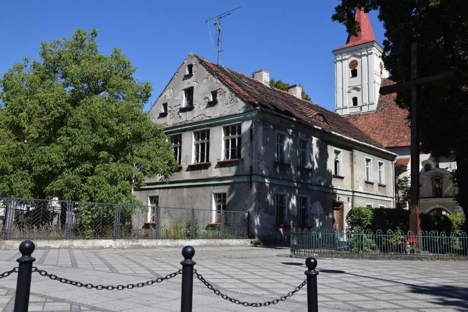 Budynek dawnej szkoły katolickiej koło kościoła pw. św. Michała Archanioła