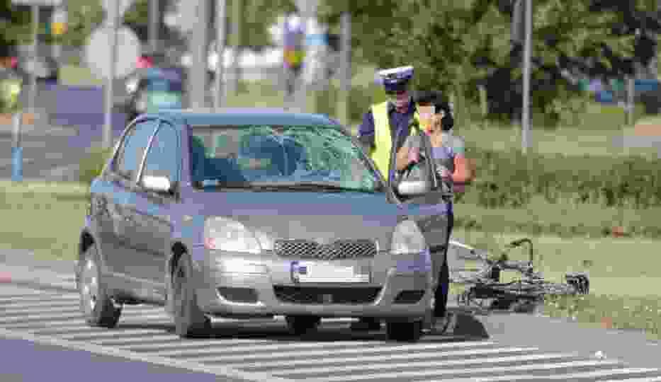 Wypadek na rondzie Czadcy w Toruniu. Kolejny rowerzysta potrącony przez samochód [ZDJĘCIA]