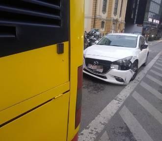 Wypadek na buspasie. Autobus MPK zderzył się z osobówką w centrum Wrocławia [ZDJĘCIA]