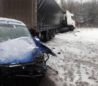 Wypadek w Stanowicach. Citroen zderzył się z tirem