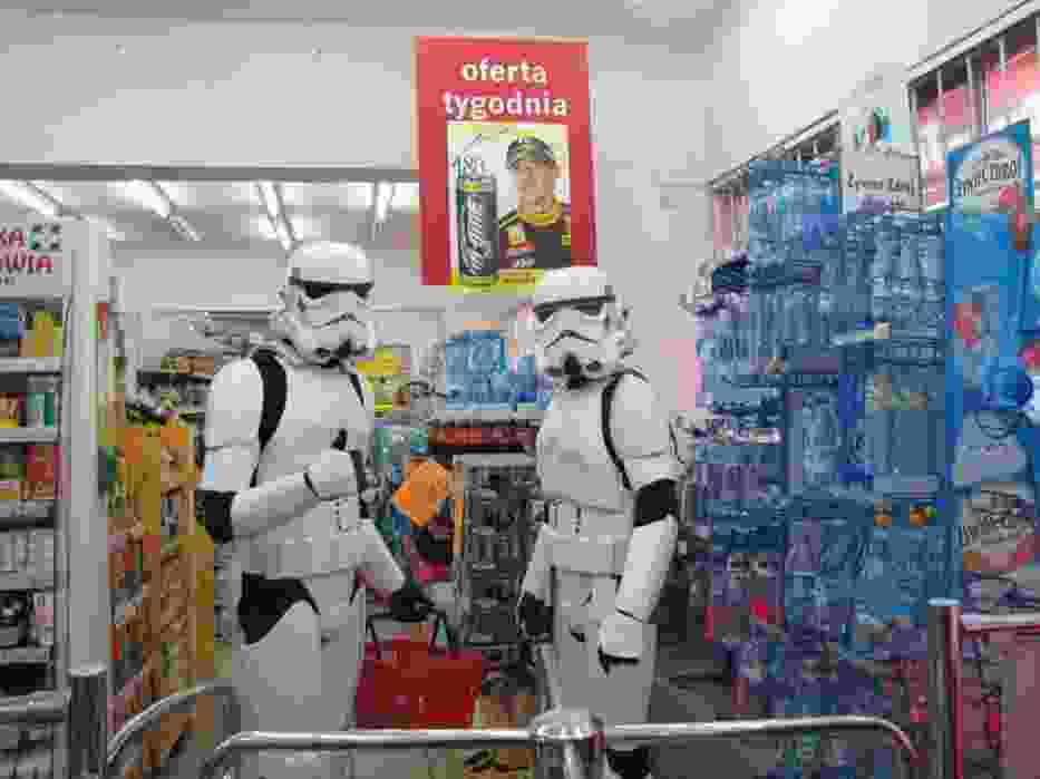 Imperialni szturmowcy w czasie inwazji na pobliski sklep spożywczy